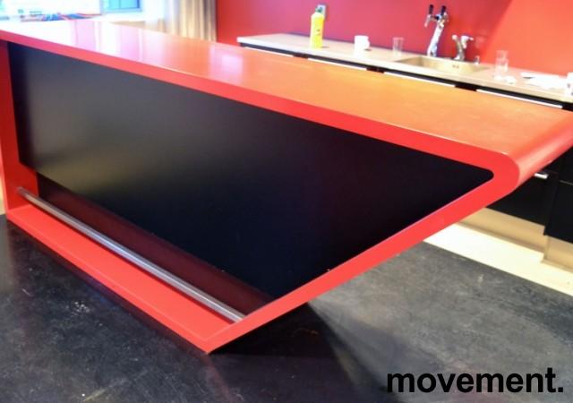 Dekorativ kjøkkenøy / buffet / barbord i rød Corian / sorte skap, bredde 280cm, dybde 60cm, høyde 110cm, pent brukt bilde 4