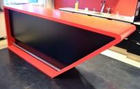 Dekorativ kjøkkenøy / buffet / barbord i rød Corian / sorte skap, bredde 280cm, dybde 60cm, høyde 110cm, pent brukt