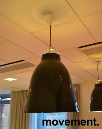 Carvaggio P3 pendellampe fra Lightyears / Fritz Hansen i sort med rød kabel, design: Komplot Design, Ø=40cm, H:51,5cm, pent brukt bilde 2