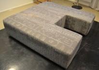 "Stor puff / loungemøbel i grått ""tog-stoff"", 160x160cm med utskjæring 60x60 på den ene siden, pent brukt"