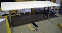 Skrivebord med elektrisk hevsenk i hvitt / krom fra Horreds, 240x80cm, pent brukt understell med ny plate