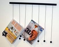 Morsomt magasinoppheng fra Swedese, modell Riddle, 66,5cm bredde, pent brukt