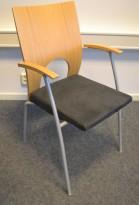 Konferansestol / møteromsstol fra Kinnarps, modell Yin i mørk grå mikrofiber / eik, pent brukt