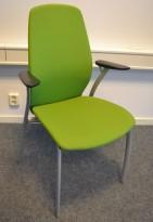 Møteromsstol / besøksstol fra Kinnarps, mod Plus 375 i grønt stoff / bøk armlene, pent brukt