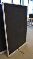 Skillevegg fra Kinnarps, modell Rezon i sort, 100cm bredde, 150cm høyde, pent brukt