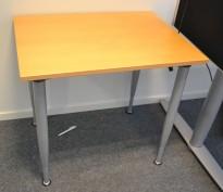 Sidebord til skrivebord 80x60cm i Kinnarps E-serie, bøk, grå ben, pent brukt