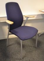 Møteromsstol / besøksstol fra Kinnarps, mod Plus 375 i blått stoff / bøk armlene, pent brukt