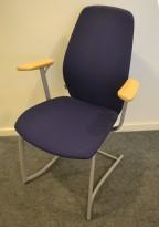 Møteromsstol / besøksstol fra Kinnarps, mod Plus 377 i blått stoff / bøk armlene, grå ramme, pent brukt