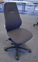 Kontorstol: Kinnarps Freefloat 6000 / Plus 6 i mørkt grått stoff, høy rygg, pent brukt
