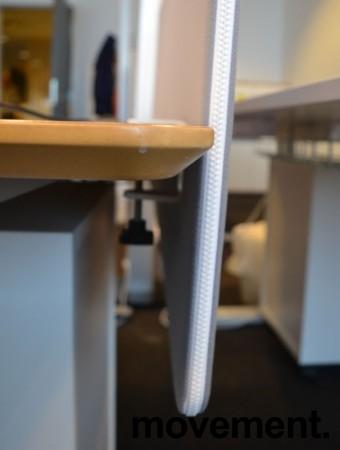Bordskillevegg fra Götessons i lyst grått stoff med hvit glidelås, 160x65cm, pent brukt bilde 3