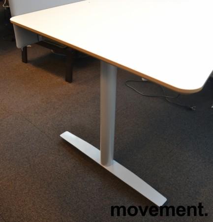 Skrivebord med elektrisk hevsenk i hvitt fra Svenheim, 180x90cm med mavebue, pent brukt bilde 3