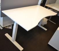 Skrivebord med elektrisk hevsenk i hvitt / hvitt understell fra Kinnarps, P-serie, 160x80cm med mavebue, pent brukt