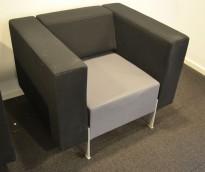 Loungestol fra Kinnarps, modell PIO i sort/grått, 94cm bredde, pent brukt