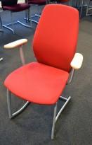 Møteromsstol / besøksstol fra Kinnarps, mod Plus 377 i rødt stoff / bøk armlene, grå ramme, pent brukt