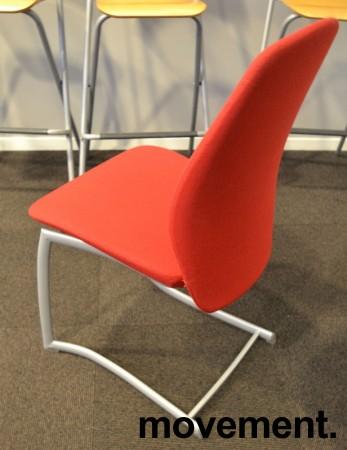 Møteromsstol / besøksstol fra Kinnarps, mod Plus 377 i rødt stoff, grå ramme, pent brukt bilde 2