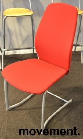 Møteromsstol / besøksstol fra Kinnarps, mod Plus 377 i rødt stoff, grå ramme, pent brukt bilde 1