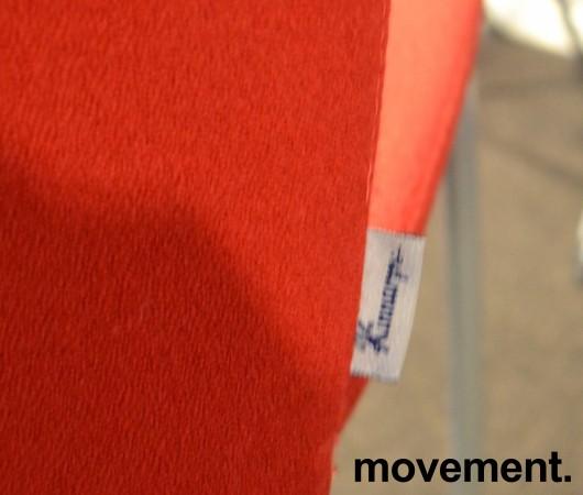 Møteromsstol / besøksstol fra Kinnarps, mod Plus 377 i rødt stoff, grå ramme, pent brukt bilde 3