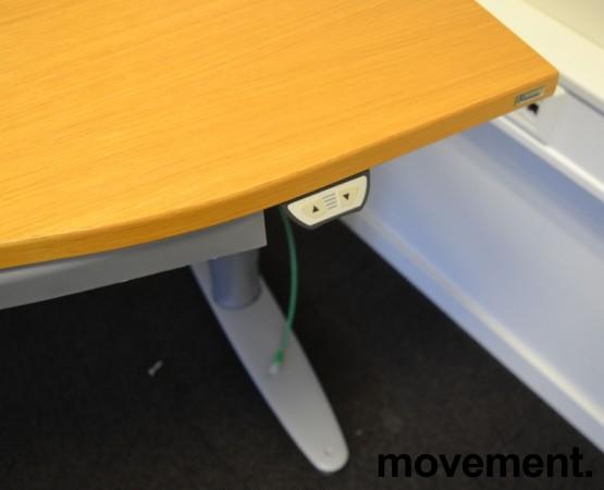 Kinnarps T-serie elektrisk hevsenk skrivebord 180x90cm i eik, mavebue, pent brukt bilde 2