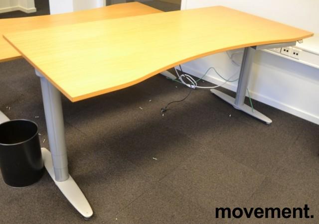 Kinnarps T-serie elektrisk hevsenk skrivebord 180x90cm i eik, mavebue, pent brukt bilde 1
