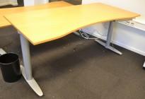 Kinnarps T-serie elektrisk hevsenk skrivebord 180x90cm i eik, mavebue, pent brukt