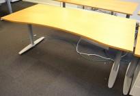 Kinnarps T-serie rektangulært skrivebord, eik bordplate med mavebue, 180x90cm, pent brukt