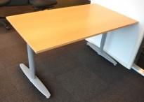 Kinnarps T-serie rektangulært skrivebord i bøk, 140x80cm, pent brukt