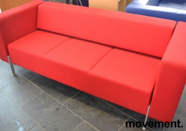 Loungesofa fra Kinnarps, modell PIO 3-seter i rødt stoff, 303cm bredde, pent brukt bilde 2