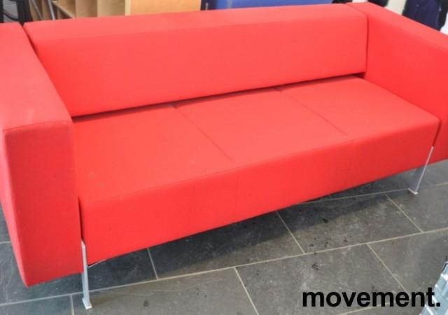 Loungesofa fra Kinnarps, modell PIO 3-seter i rødt stoff, 303cm bredde, pent brukt bilde 1