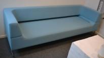 Loungesofa i lys blå / turkis fra LK Hjelle, Modell: Hal, 3seter sofa, 232cm bredde, design: Norway Says, pent brukt