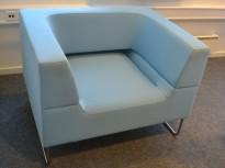 Loungestol fra LK Hjelle, Modell: Hal, 1seter sofa i lyst blått / turkis stoff, design: Norway Says, pent brukt