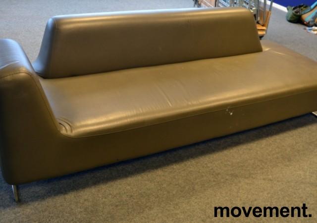 UGO sofa i brungrå skinnimitasjon fra LK Hjelle, 3seter,  225cm bredde, pent brukt bilde 1
