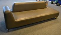 UGO sofa i brungrå skinnimitasjon fra LK Hjelle, 3seter,  225cm bredde, pent brukt