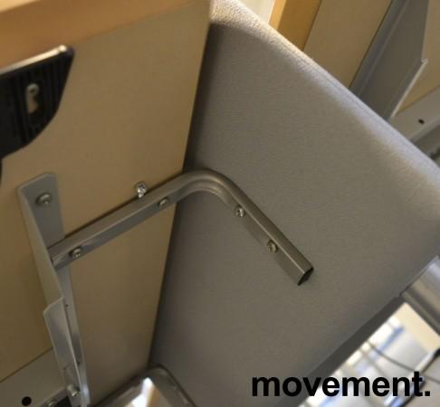 Bordskillevegg i lyst grått stoff, 80x60cm, pent brukt bilde 3