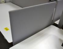 Bordskillevegg i lyst grått stoff, 80x60cm, pent brukt