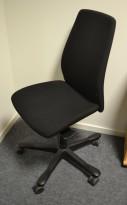 Kontorstol: Kinnarps 5000-serie i sort stoff, sort kryss, pent brukt