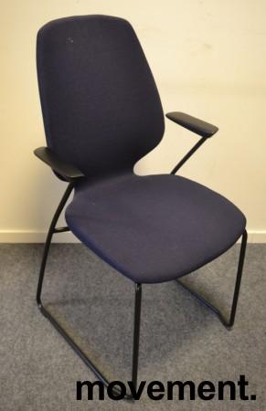 Kinnarps Monroe konferansestol i mørk blå remix-stoff, armlener i sort, pent brukt bilde 1