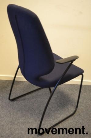 Kinnarps Monroe konferansestol i mørk blå remix-stoff, armlener i sort, pent brukt bilde 2