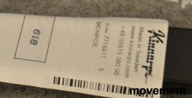 Kinnarps Monroe konferansestol i mørk blå remix-stoff, armlener i sort, pent brukt bilde 3