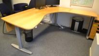 Kinnarps elektrisk hevsenk hjørneløsning skrivebord i bøk, 210x200cm, sving på høyre side, T-serie, pent brukt