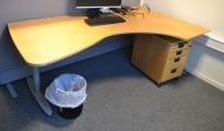 Kinnarps skrivebord hjørneløsning i bøk, 210x120cm, høyreløsning, pent brukt