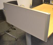 Kinnarps Rezon bordskillevegg i grått til kontorpult, 80cm bredde, 35cm høyde, pent brukt