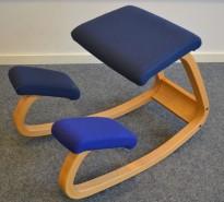 Ergonomisk kontorstol / knestol: Varier (Stokke) Variable Balans i blått stoff / bøk, pent brukt