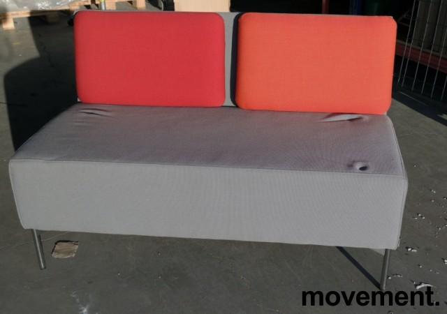 Sittebenk / 2-seter sofa i grått stoff / rød ryggpute, Playback fra Offecct, bredde 120cm, pent brukt bilde 2