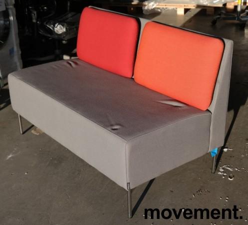 Sittebenk / 2-seter sofa i grått stoff / rød ryggpute, Playback fra Offecct, bredde 120cm, pent brukt bilde 1