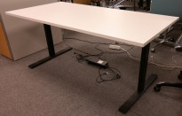 Skrivebord med elektrisk hevsenk fra Dencon / Linak, 160x80cm i hvitt / sort, NY PLATE / pent brukt
