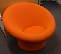 Loungestol i orange fra Artifort, modell: Mushroom, Design: Pierre Paulin, pent brukt