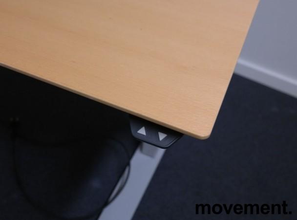 Skrivebord med elektrisk hevsenk i bøk fra IDT / Linak, 140x90cm med mavebue, pent brukt bilde 3
