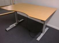 Skrivebord med elektrisk hevsenk i bøk fra IDT / Linak, 140x90cm med mavebue, pent brukt
