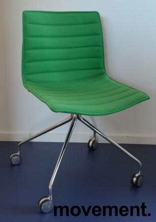 Arper Catifa 46 konferansestol på hjul, trukket i grønt ullstoff, understell i krom, pent brukt bilde 1