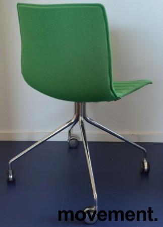 Arper Catifa 46 konferansestol på hjul, trukket i grønt ullstoff, understell i krom, pent brukt bilde 2